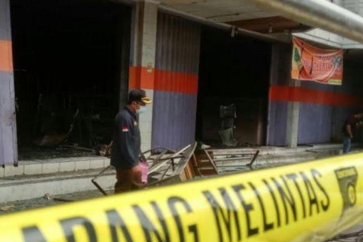 Tim Labfor Polda Jatim ketika melakukan olah TKP di toko Warna-warni di Mojokerto, Jawa Timur, Kamis (21/6/2018)