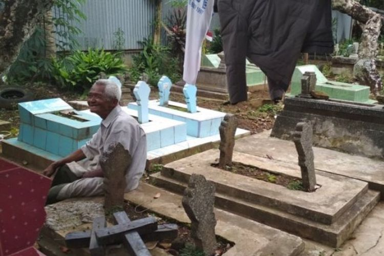 Sujono atau akrab disapa Mbah Jono (87) di komplek pemakaman Sasono Mukti di belakang Pasar Rejosari Kecamatan Tingkir, Salatiga, Jawa Tengah.