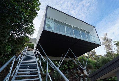 """Desain Rumah Ini """"Menggantung"""" di Sisi Bukit"""