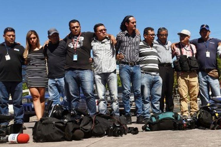 Jurnalis di San Salvador memprotes aksi kekerasan dan meminta keadilan terhadap pembunuhan juru kamera Samuel Rivas, yang dibunuh oleh anggota kriminal di San Salvador, pada Jumat (17/11/2017). (AFP/Marvin Recinos)