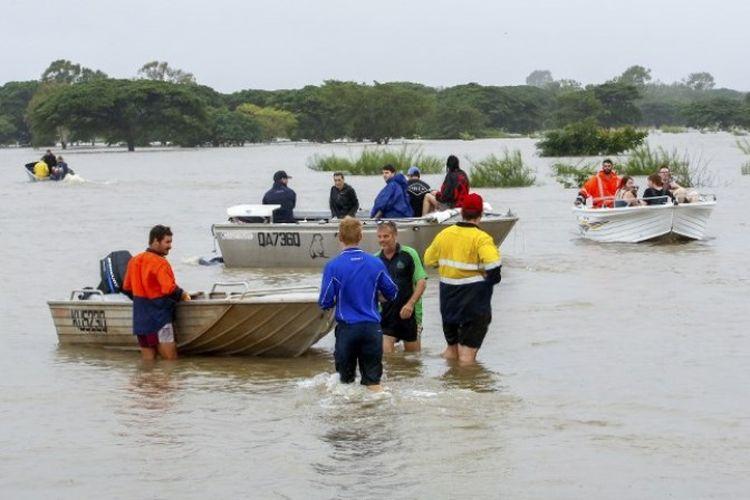 Penduduk yang terdampak banjir dievakuasi dari Townsville, Queensland, Australia, pada Senin (4/2/2019). (AFP)