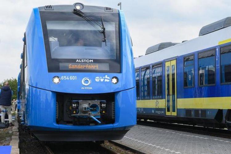 Kereta bertenaga hidrogen pertama di dunia dibuat oleh perusahaan kereta Perancis Alstom, tiba di stasiun di Bremervoerde, Jerman, pada Minggu (16/9/2018_. (AFP/Patrik Stollarz)