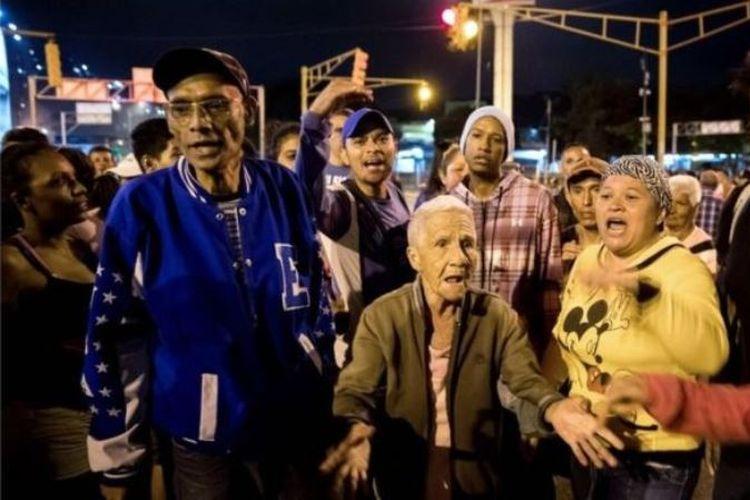 Aksi protes warga Venezuela atas ketiadaan suplai daging babi bersubsidi di perayaan Natal. (BBC)