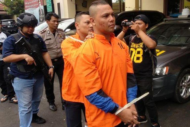 Polsek Serpong ringkus mantan penyanyi Indonesia Idol dan kakaknya yang terlibat aksi pencurian dan pemberatan dengan modus pecah kaca mobil.