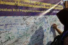 Penumpang KRL Tanda Tangani Petisi Lawan Pelecehan Seksual