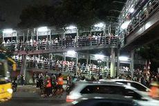 Pengguna JPO Gelora Bung Karno Menumpuk, Petugas Pakai Sistem Buka-Tutup