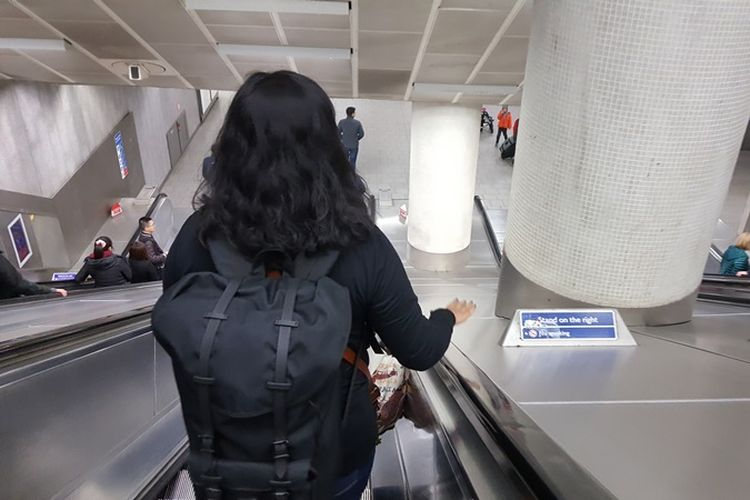 Stand on the right. Ada kebiasaan di London, di mana pun naik dan turun eskalator, biasanya di stasiun tube, berdirilah di sisi kanan jika tak ingin berjalan. Karena pergerakan warga London sangat cepat, sisi kiri biasanya digunakan orang-orang yang buru-buru ingin tiba di atas atau di bawah dengan berjalan meski eskalator tetap bergerak.