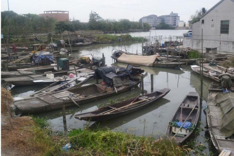 Perahu-perahu memenuhi perairan di sekitar rumah penduduk Yucheng, China. (SCMP)