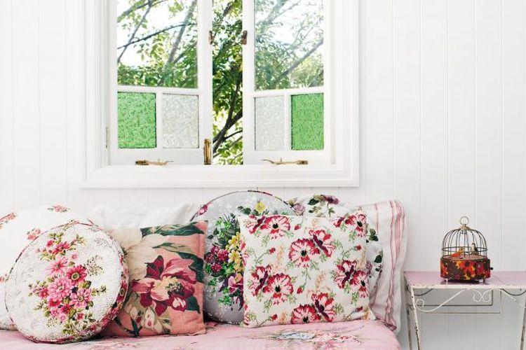 Beberapa cushion berbeda corak dengan konsep bunga.