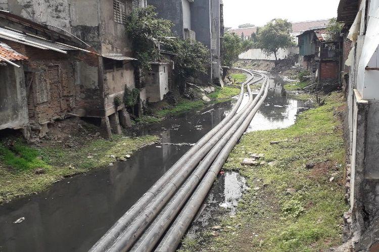 Kondisi Kali Krukut yang berada di kawasan Pasar Asemka, Jakarta Barat pada Kamis (26/7/2018).