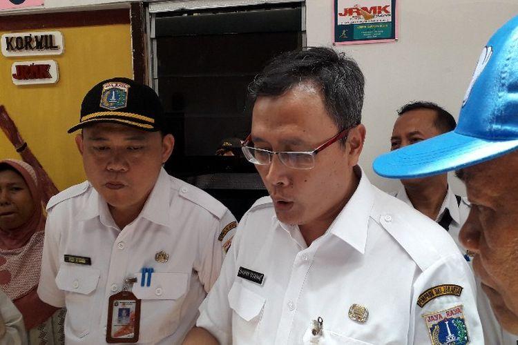 Kadisdukcapil DKI Jakarta Dhany Sukma meninjau shelter Kampung Kunir, Pinangsia, Tamansari, Jakarta Barat pada Rabu (3/10/2018).