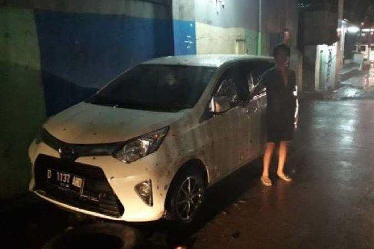 Agus Ibo (45) warga Karasak, Kota Bandung, menunjuk mobil yang terendam banjir di Jalan Karasak, RT1/2, Kelurahan Karasak Baru, Kecamatan Astanaanyar, Kota Bandung, Selasa (11/12/2018).