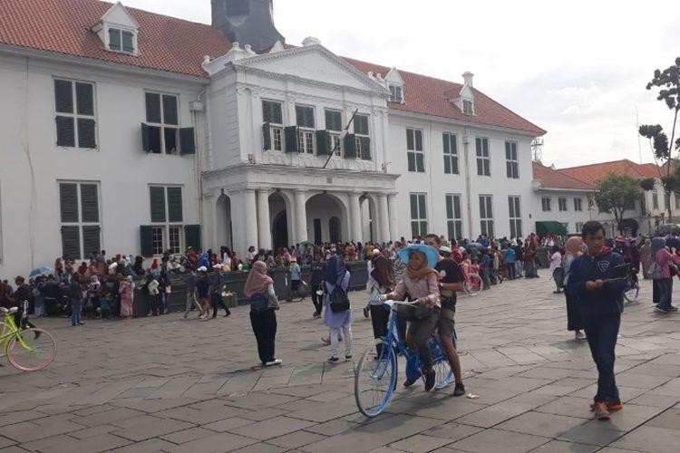 Sejumlah pengunjung memadati kawasan Taman Fatahillah, Kota Tua, Tamansari, Jakarta Barat pada libur Natal Selasa (25/12/2018).