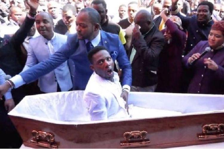 Foto ini diambil dari video yang memperlihatkan Pendeta Alph Lukau membangkitkan seorang pria yang diyakini sudah meninggal dunia.