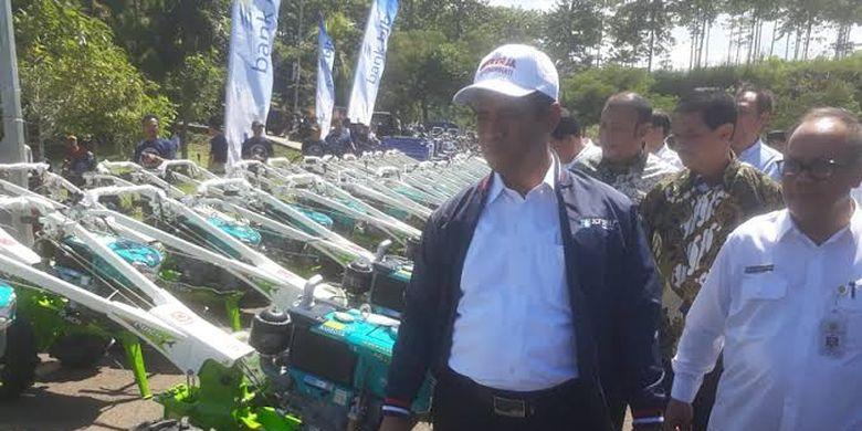 Menteri Pertanian Andi Amran Sulaiman mengecek kondisi 1000 traktor yang akan diserahkan ke petani di Bandung Barat.
