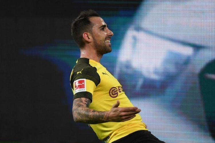 Paco Alcacer merayakan golnya di hadapan publik Stadion Signal Iduna Park pada laga Borussia Dortmund vs Bayern Muenchen dalam lanjutan Liga Jerman, 10 November 2018.