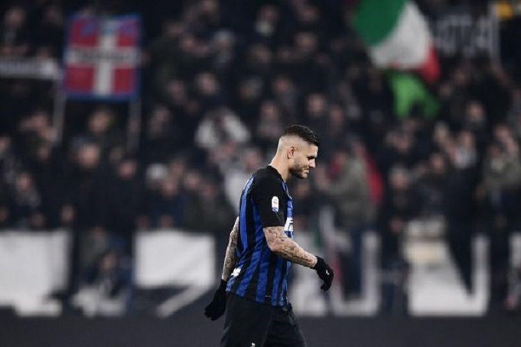 Mauro Icardi berjalan dengan menundukkan kepala seusai laga Juventus vs Inter Milan di Stadion Allianz, Turin, dalam lanjutan Liga Italia, 7 Desember 2018.