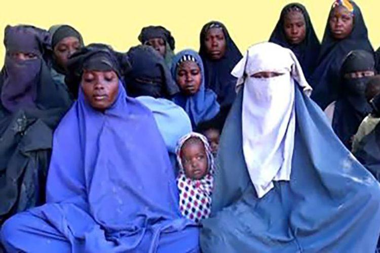 Gambar dari video yang dirilis oleh Boko Haram menunjukkan sejumlah gadis Chibok yang menjadi korban penculikan kelompok tersebut. (The New York Times)