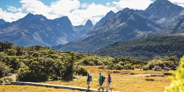 Hiking, salah satu aktvitas yang bisa dilakukan saat berlibur di Selandia Baru.
