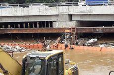 Perjuangan Petugas Angkat Sampah Banjir di Depan Mal Season City