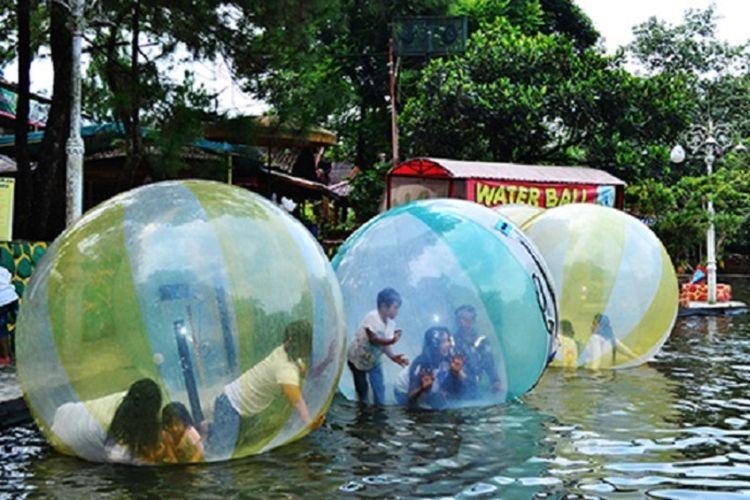 Wahana permainan bola air di Taman Wisata Matahari.(Dok. Taman Wisata Matahari)