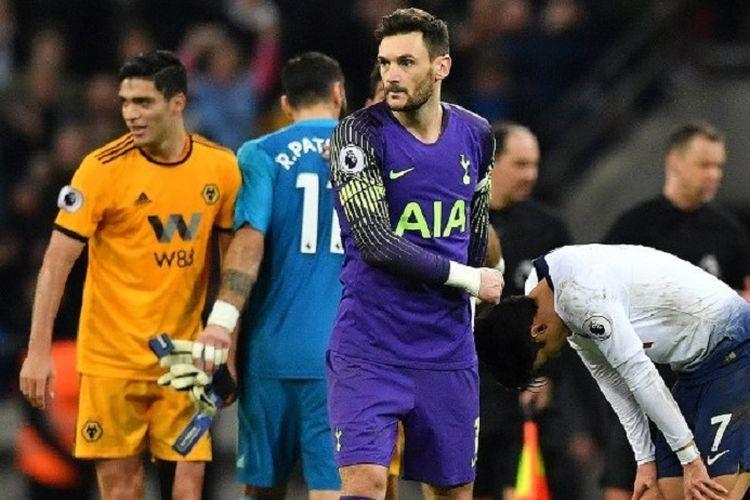 Hugo Lloris tampak menghibur Son Heung-min seusai laga Tottenham Hotspur vs Wolverhampton Wanderers di Stadion Wembley, 29 Desember 2018.