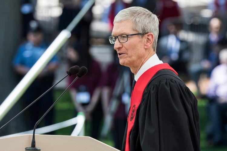 Tim Cook berpidato di depan mahasiswa MIT kelas 2017.