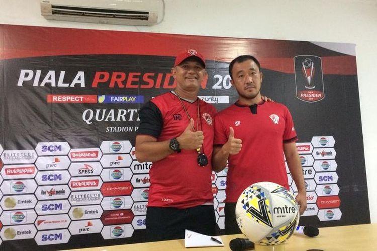 Pelatih Kalteng Putra, Gomes de Oliviera, bersama Yoo Hyun-koo.