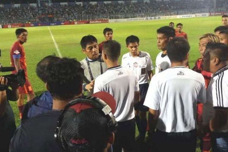 Pelatih Persela Nilmaizar terlibat debat dengan wasit Wawan Rapiko asal Riau dalam laga Persela vs Borneo FC yang diwarnai protes akibat penalti kontroversi, Senin malam (29/7/2019).