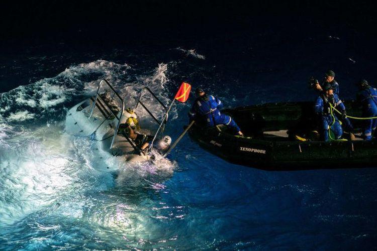 Peluncuran kapal selam DSV DSV Limiting Factor di atas Palung Mariana.