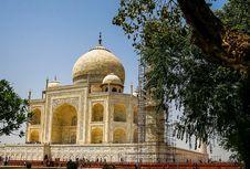Setelah Menguning, Taj Mahal Kini Terlihat Hijau dan Hitam