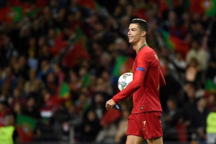 Cristiano Ronaldo membawa bola pada pertandingan Portugal vs Swiss dalam semifinal UEFA Nations League di Stadion Do Dragao, seusai dirinya mencetak hat-trick pada laga tersebut, 5 Juni 2019.