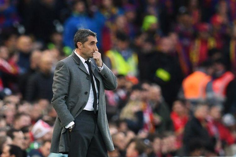 Pelatih Ernesto Valverde mengamati pertandingan Liverpool vs Barcelona dalam semifinal Liga Champions di Stadion Anfield, 7 Mei 2019.