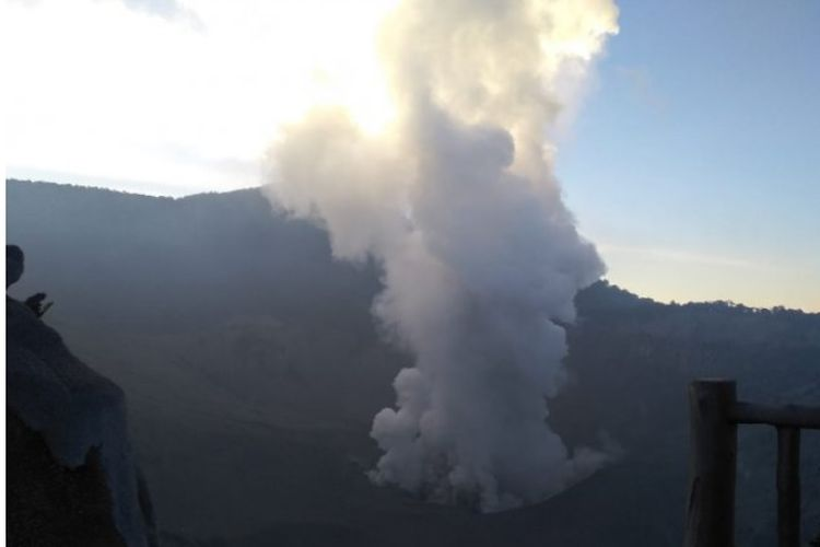 Gunung Tangkuban Parahu di Jawa Barat meletus pada Jumat pukul 15.48 WIB.