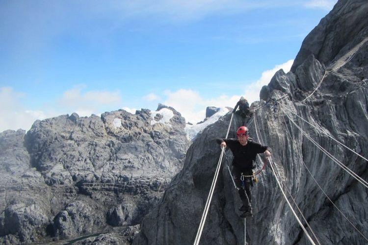 Tim penerbang paralayang dari Afrika Selatan, Pierre Carter dan Nico Hickley menuju puncak Gunung Carstensz di Papua, Selasa (11/12). Pencapaian Pierre dan Nico memecahkan rekor sebagai penerbang pertama menggunakan paralayang dari Gunung Carstensz.