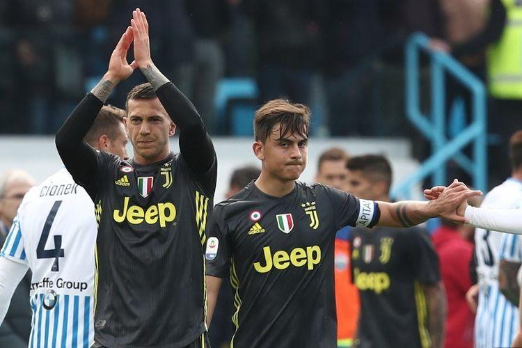 Federico Bernardeschi dan Paulo Dybala membalas dukungan penonton di Stadion Paolo Mazza seusai laga SPAL vs Juventus dalam lanjutan Liga Italia, 13 April 2019.