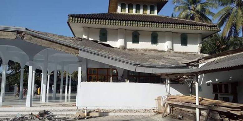 Sebuah masjid di Rajekwesi yang dilaporkan rusak dampak dari gempa di Bali Selasa (16/7/2019)