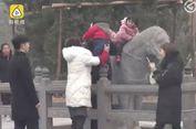 Kelakuan Wisatawan di China Nekad Naiki Patung Kuda Usia 1.000 Tahun