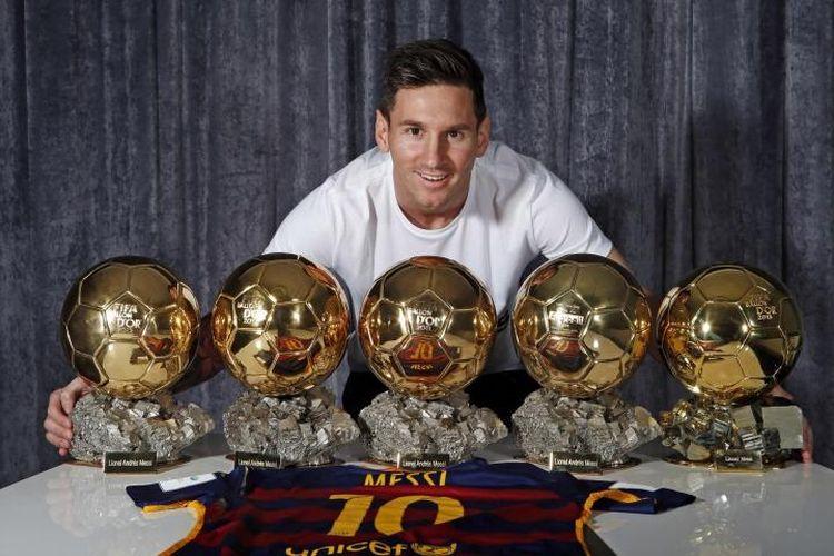 Linonel Messi berpose bersama lima trofi FIFA Ballon dOr. Gambar diambil pada 12 Januari 2016, sehari setelah mendapatkan trofi kelima untuk gelar Pemain Terbaik Dunia tersebut. Trofi pengakuan untuk penampilannya pada 2015 tersebut bukan yang terakhir didapat Messi sepanjang kariernya hingga mencetak 700 gol pada 30 Juni 2020.