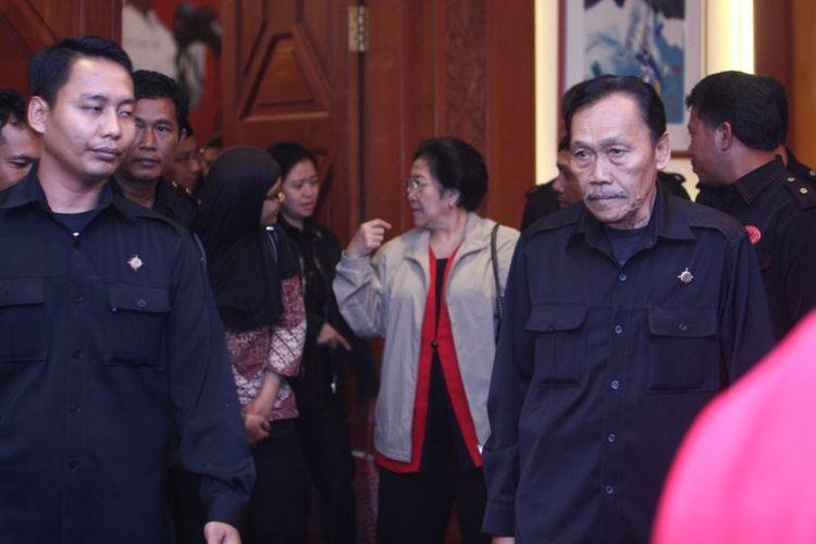 Lingkaran pengamanan di sekitar Megawati Soekarnoputri.