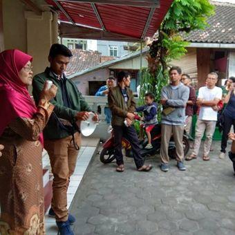 Peserta napak tilas sejarah Kampung Kauman Mangkunegaran, Minggu (10/6/2018), mengikuti kegiatan yang digagas oleh komunitas Solo Societeit.