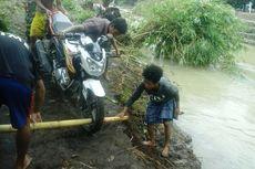 Jembatan Ambruk, Warga Desa di Bima Pikul Motor Seberangi Sungai