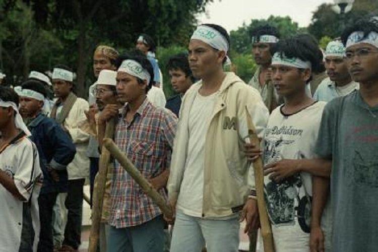 Sejumlah warga yang mengaku sebagai kelompok massa Pengamanan Swakarsa, membawa tongkat bambu, tongkat kayu, bambu runcing, golok, atau celurit, menyatakan ikut mengamankan SI (Sidang Istimewa) MPR, berada di sekitar kompleks Gedung MPR/DPR, Selasa (10/11/1998). Mereka juga melakukan konvoi keliling kota sehingga bentrok dengan warga yang mendukung mahasiswa di sekitar Semanggi dan Tugu Proklamasi. Kepala Kepolisian Daerah Metro Jaya Mayjen (Pol) Drs Noegroho Djajoesman menegaskan, polisi akan menyita senjata yang digunakan. Massa Pamswakarsa itu juga tidak berada di bawah komando Polda Metro Jaya.