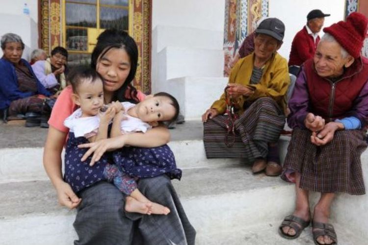 Nima dan Dawa dari Bhutan, lahir sebagai kembar siam pada bagian dada. (Herald Sun via ABC News)