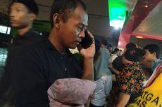 Sambil Menangis, Ayah Korban Kebakaran Pabrik Korek Api Bawa Bantal Kesayangan Anaknya ke Rumah Sakit