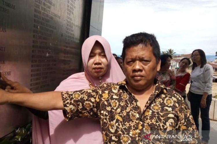 Hermanto dan isteri di monumen kapal tenggelam di Desa Tigaras, Simalungun .