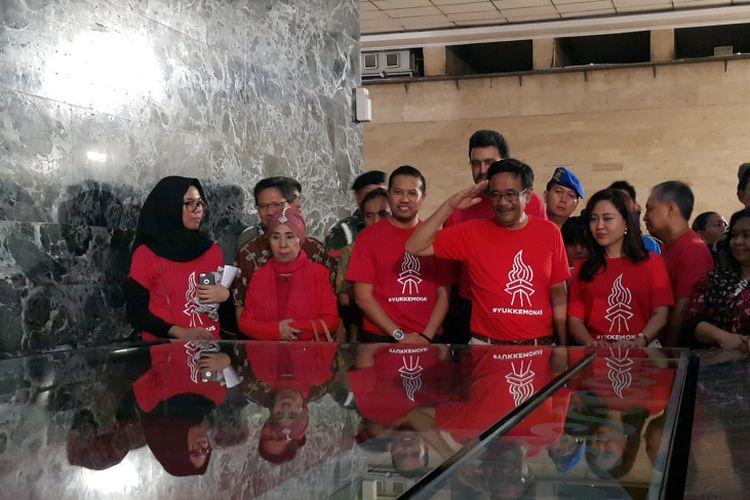 Gubernur DKI Jakarta Djarot Saiful Hidayat meninjau tempat penyimpanan bendera pusaka di Monas, Jakarta Pusat, Sabtu (12/8/2017).