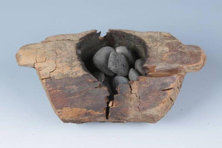 Anglo dan batu yang terbakar ditemukan di makam China kuno. Ini merupakan bukti awal pembakaran ganja untuk memperoleh sifat psikoaktifnya.