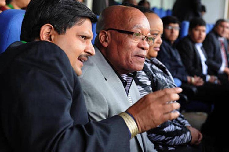 Orang Indian kelahiran Afrika Selatan, Atul Gupta, bersama Presiden Jacob Zuma di Stadion Bidvest Wanderers, Johannesburg.