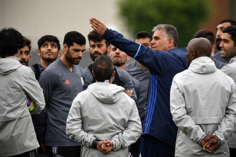 Pelatih Iran asal Portugal, Carlos Queiroz, memberi instruksi kepada para pemainnya saat berlatih di Bakovka jelang Piala Dunia 2018, 12 Juni 2018.